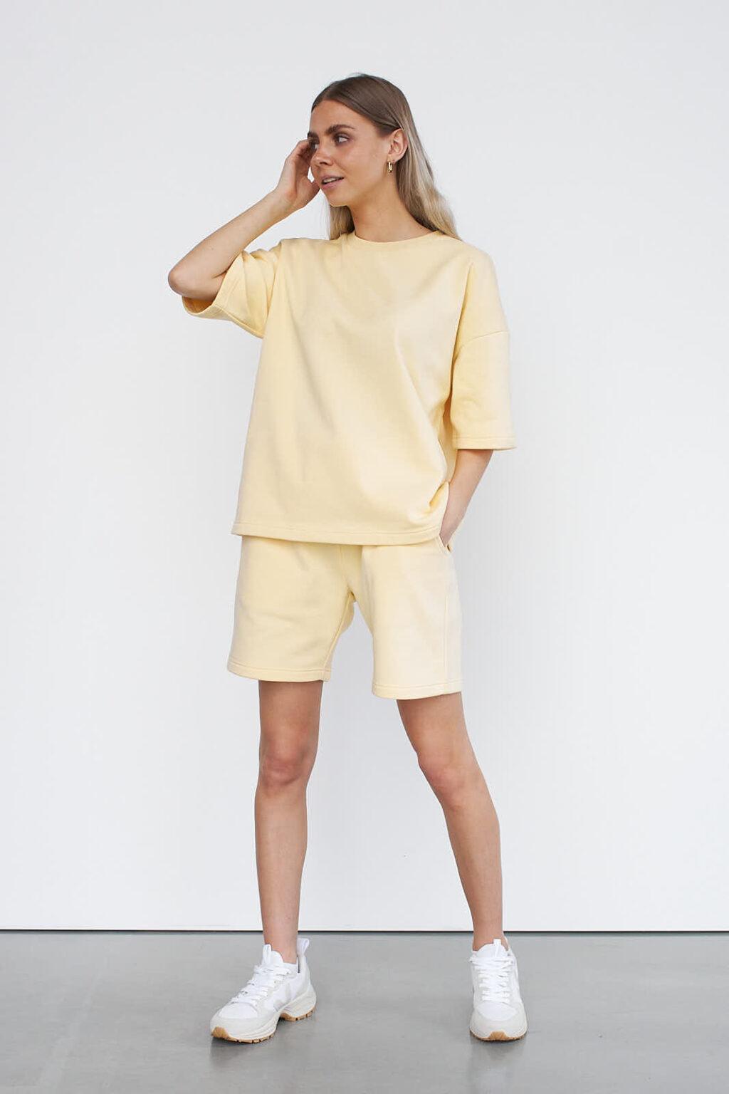 Kurze Short mit Shirt
